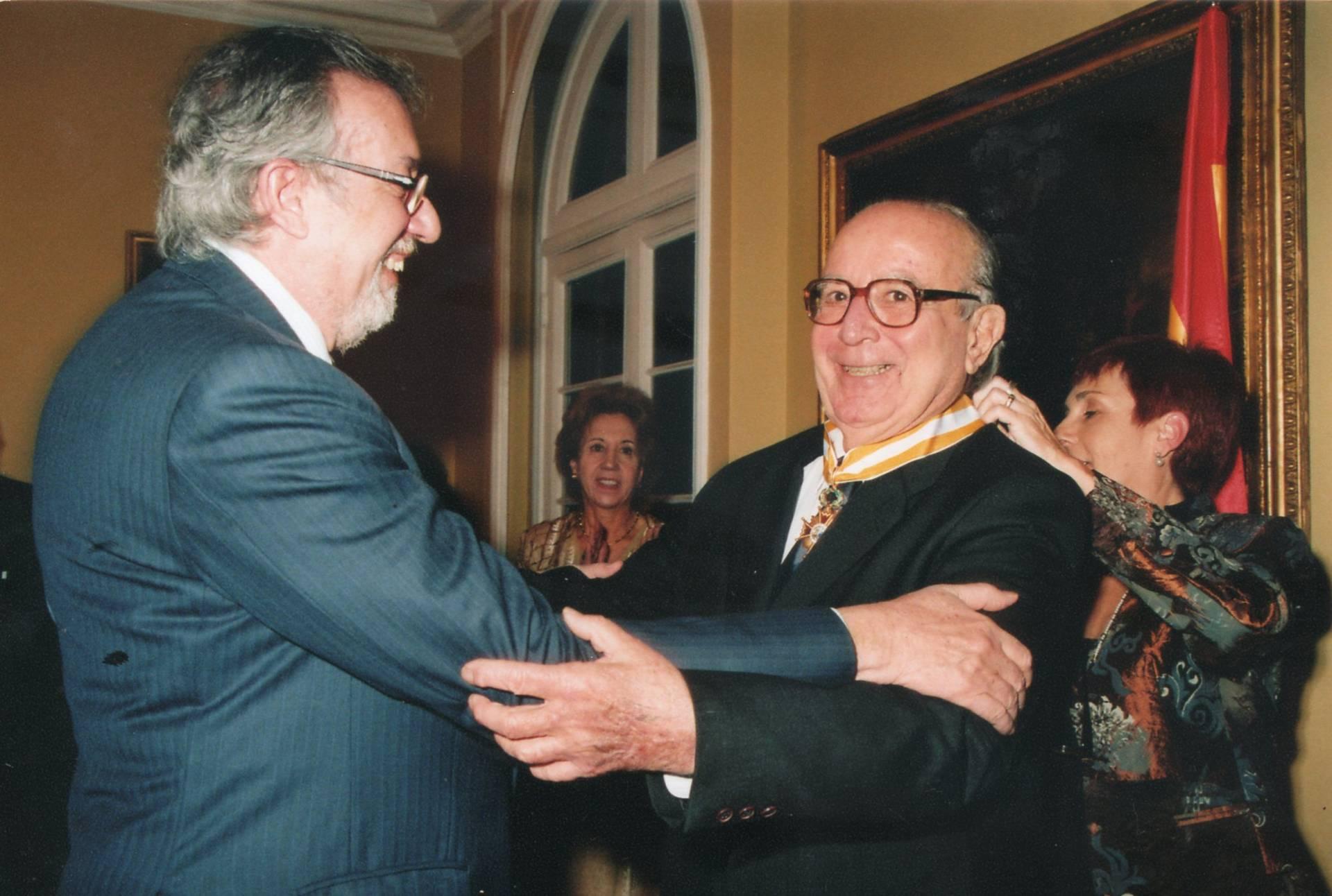 Recibiendo la Orden de Isabel la Católica, otorgada por el Rey de España, y la ciudadanía española.