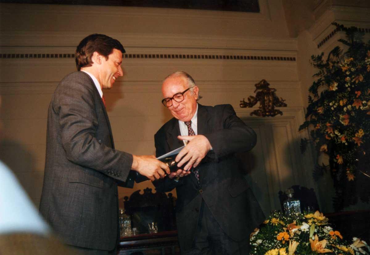 1999: el ministro de Educación, José Pablo Arellano, le entrega el Premio Nacional de Periodismo.